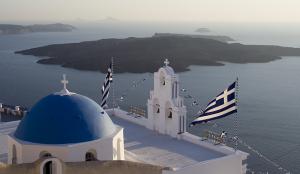 L'attuale bandiera nazionale greca sventola a Santorini, con il blu come il mare e il cielo ed il bianco delle onde.