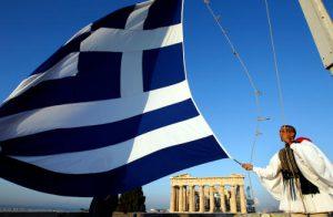 La bandiera della Grecia vicino al Partenone di Atene.