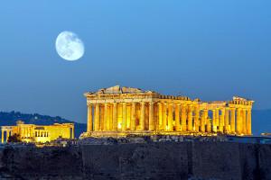 Luna sul Partenone di Atene in Grecia.