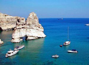 Le fantastiche formazioni rocciose di Kleftiko a Milos, come quelle di Capri.