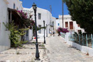 Una bella strada di Plaka sull'isola di Milos, in Grecia.