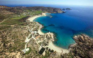 La bellissima Manganari, spiaggia greca di Ios per le vacanze.