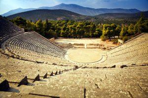 Il teatro di Epidauro in Grecia, affacciato sulla valle nel Peloponneso.