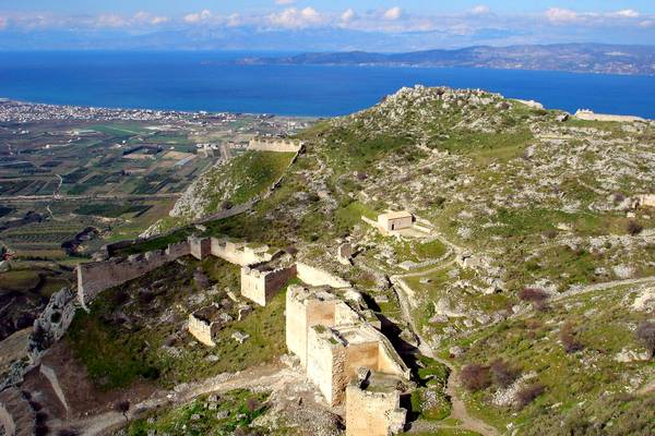Acropoli e mura del castello di Acrocorinto sulla collina.