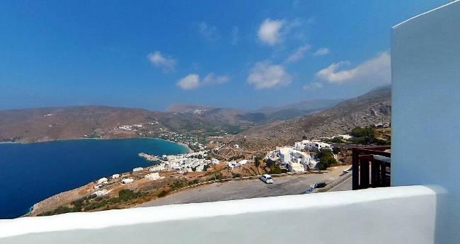 La baia di Aegiali vista da un appartamento per vacanze a Potamos.
