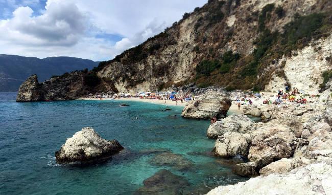 La spiaggia di Agiofili, incastonata nella baia rocciosa.
