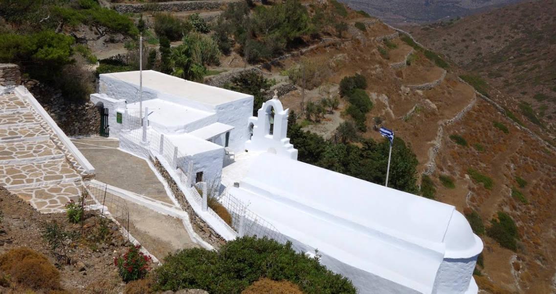 La chiesa di San Giorgio Valsamitis ad Amorgos, con il monastero in cui vive solo una suora.