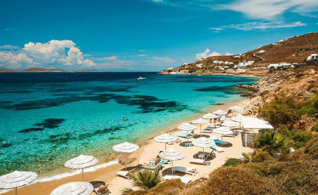 La bellissima spiaggia di Agios Ioannis sull'isola greca di Mykonos.