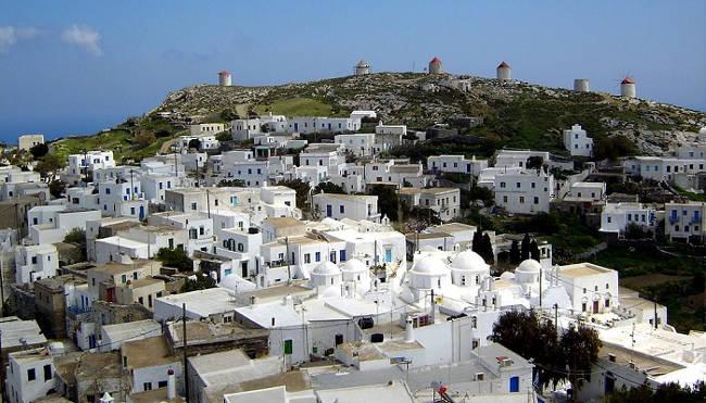 I mulini a vento intorno a Chora, sull'isola di Amorgos.