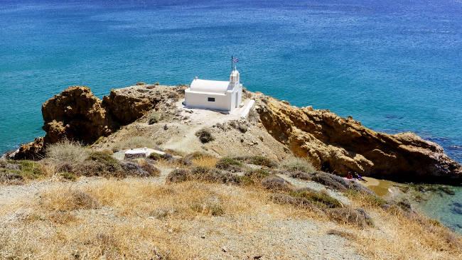 Anafi, un'immagine tipicamente greca con la chiesetta sul mare.