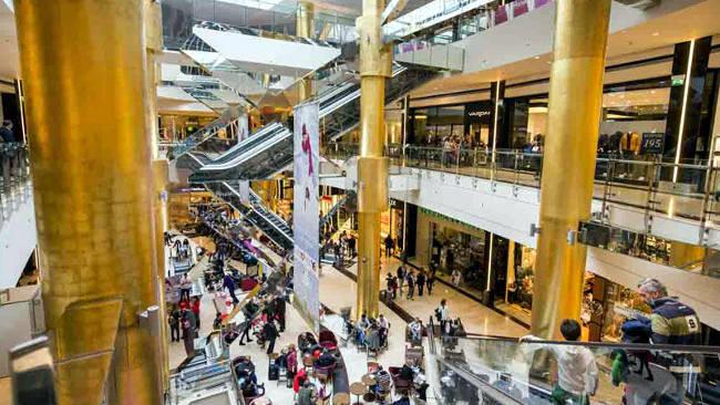 L'interno del centro commerciale Golden Hall di Atene.