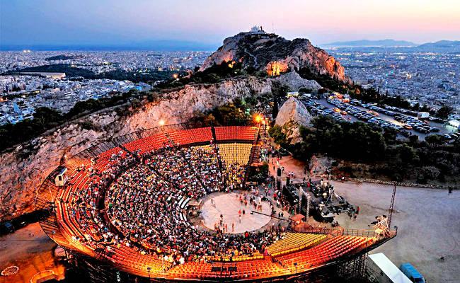 Il collina del Licabetto e il teatro all'aperto dove si tiene il Festival di Atene.