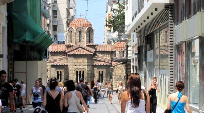 Shopping per le vie di Plaka ad Atene.