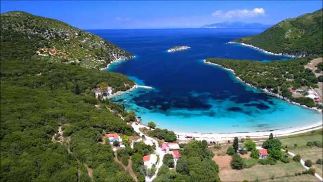 La spiaggia di Atheras e il suo paesaggio meraviglioso.