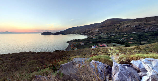 La baia di Agios Ioannis al tramonto scendendo dal villaggio di Kaspakas.