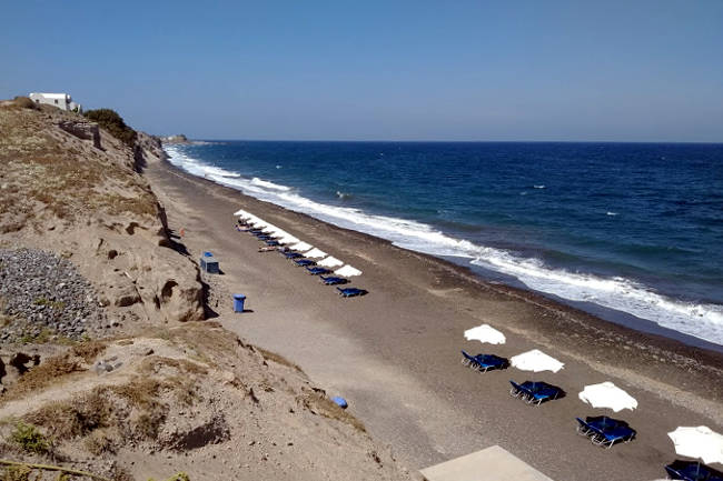 Anche quella di Baxedes è una spiaggia tipicamente vulcanica di Santorini.