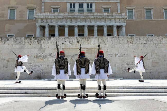 Atene, il cambio della guardia alla Tomba del Milite Ignoto.