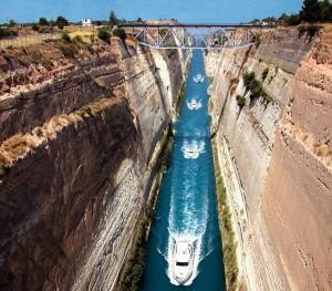 Il canale artificiale che taglia l'istmo di Corinto.