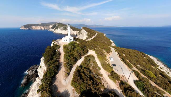 Il promontorio di Capo Lefkada con il faro dove sorgeva un tempio dedicato al dio Apollo.