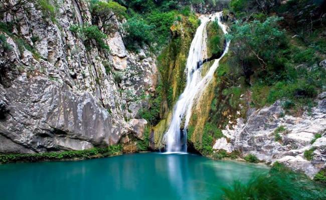 La cascata nel canyon Dimosari con una laguna esotica.