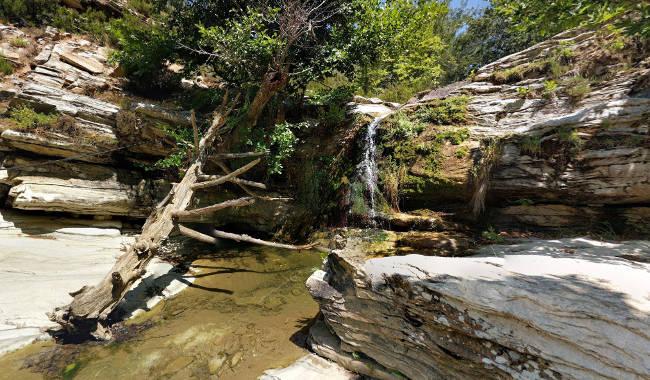 Una parte delle piccole cascate vicine al laghetto artificiale di Maries.