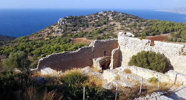Parte del castello di Kritinia ormai in rovina e superba vista sul mare.