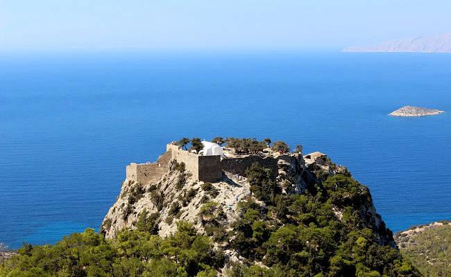 Le rovine del castello di Monolithos arrocato su una collina rocciosa a 300m sul mare.