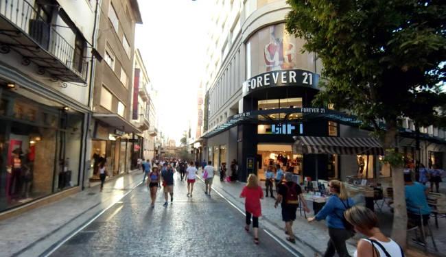 Ermou e le vie limitrofe sono le principali per lo shopping ateniese.