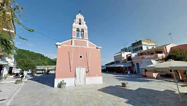 La chiesa del Santo Apostolo in una piazzetta tra le stradine di Gaios, a Paxos.