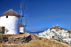 Vista di Chora Ios in Grecia e mulini a vento.