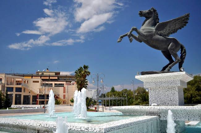 La statua di Pegaso nella piazza davanti al piccolo porto di Corinto.