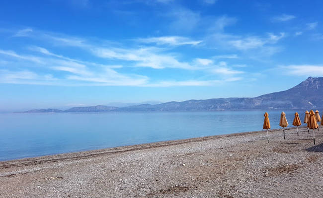 Kalamia è la spiaggia cittadina di Corinto, a due passi dal centro.