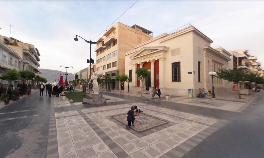 Un tratto del bel viale pedonale nel centro di Corinto.