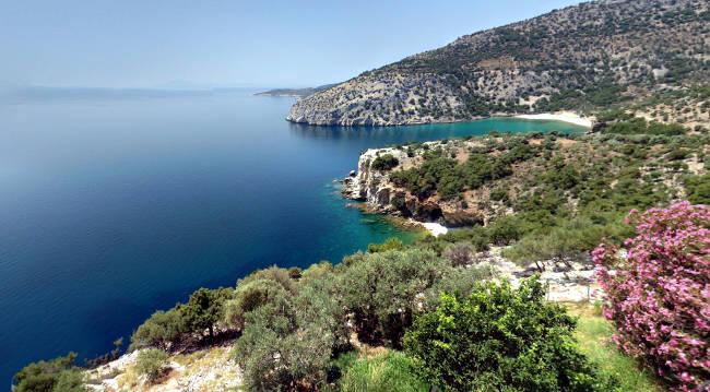 La stupenda costa orientale di Thassos dove fare una crociera a vela, vista dal monastero di Moni Archaggelou.