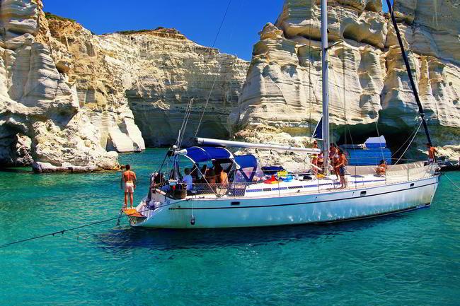 Crociera in barca a vela nelle isole Cicladi, Grecia.