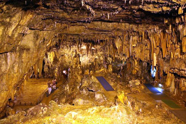 La grotta di Drogarati ricca di stalattiti e stalagmiti.