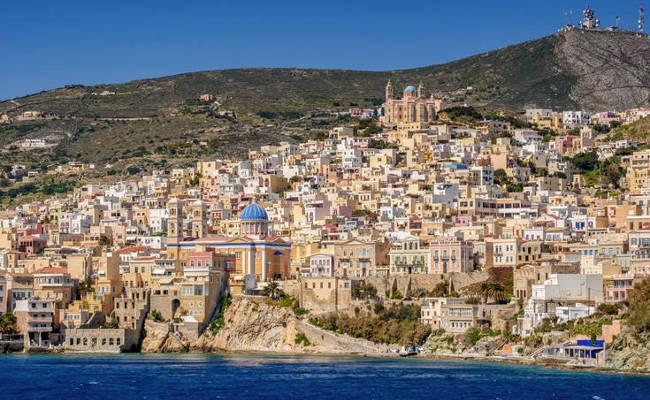 La bellissima Ermoupoli, capoluogo dell'isola greca di Syros.