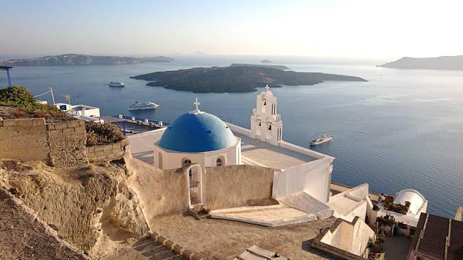 La tipica immagine di Firostefani con la chiesa ortodossa e le terrazze sul mare.