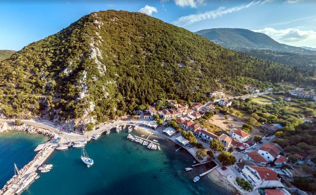 Il meraviglioso scenario del piccolo villaggio costiero di Frikes.