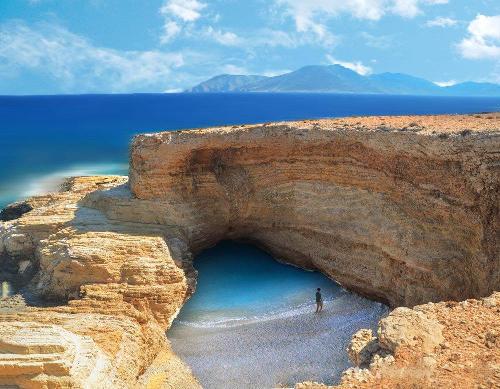Gala beach con la grotta, fantastico posto di Koufonissi in Grecia.