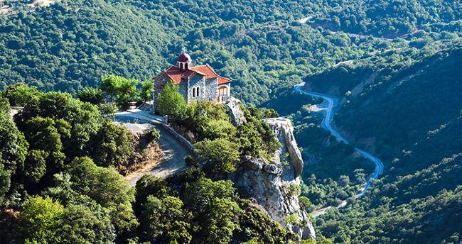 Una chiesa nella valle del fiume Lousios in Grecia, tra le gole e i canyon.