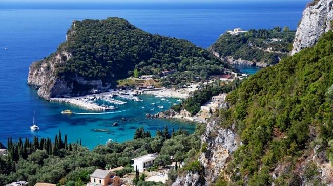 Vista di un promontorio di Paleokastritsa sull'isola di Corfù.