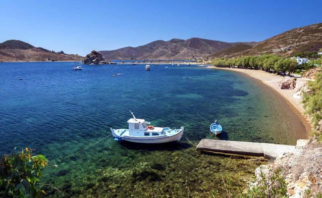 La bellissima spiaggia nella baia di Grikos.