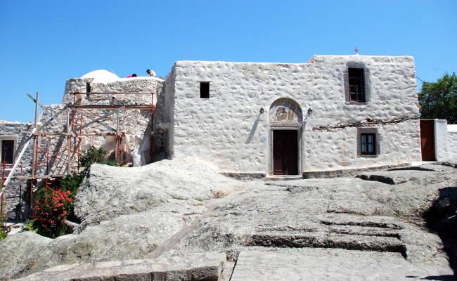 L'esterno della Grotta dell'Apocalisse a Patmos.