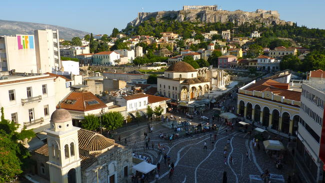 La piazza di Monastiraki e l'Acropoli di Atene.