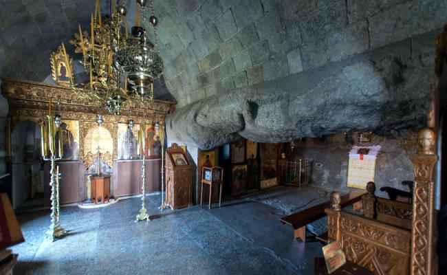 L'interno della Grotta dell'Apocalisse in cui visse San Giovanni Evangelista.