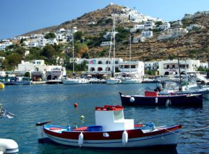 Ios in Grecia, vista del villaggio e barche in mare.