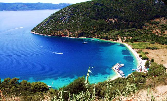 La baia con la spiaggia di Polis sull'isola greca di Itaca.