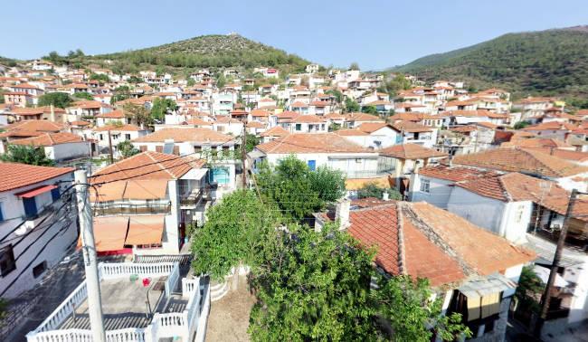 Le case dai tetti rossi del villaggio interno di Kallirachi.