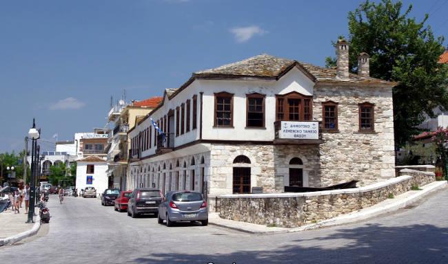 Il Monastero di Vatopedi più conosciuto come Kalogerikó che si trova al centro del porto di Limenas.